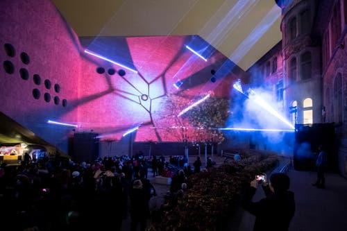 Auf die Wände werden mittels verschiedenfarbigen Lichtstrahlen Bilder projiziert. (KEYSTONE/Ennio Leanza, 15. November 2018)