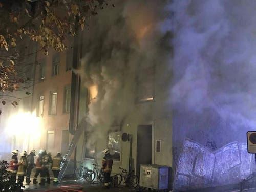 Beim Brand in einem Mehrfamilienhaus in der Nähe der Altstadt von Solothurn entstand starker Rauch. Sechs Personen starben, mehrere Personen befinden sich im Spital. (Bild: Handout Kantonspolizei Solothurn)