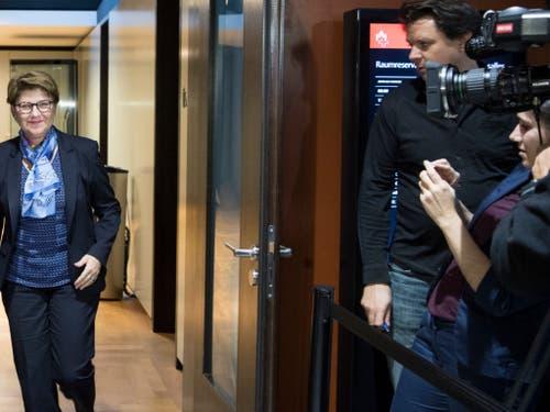 «Tüäwär lüegü»: Die Oberwalliser Bundesratskandidatin Viola Amherd (CVP) geht zum Hearing bei der SVP. (Bild: Keystone/PETER SCHNEIDER)