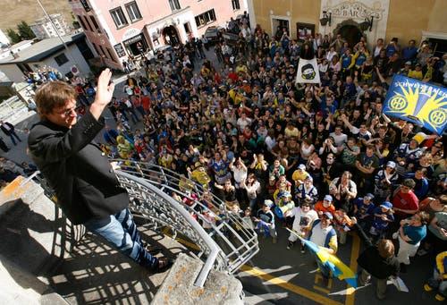 Trainer Arno Del Curto winkt an der Meisterfeier des HC Davos seinen Fans vor dem Rathaus in Davos zu. (Bild: Arno Balzarini/Keystone, Davos, 14. April 2007)