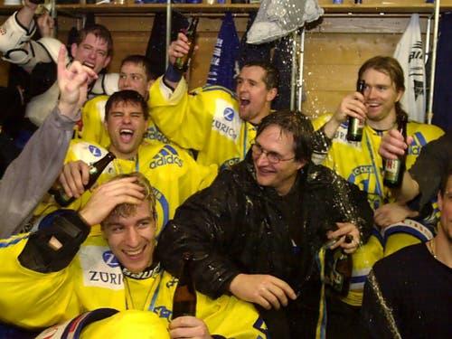 Der erste Titel: Im Dezember 2000 feiern Arno Del Curto und seine Davoser Spieler den ersten Triumph der Bündner im Spengler Cup nach 42 Jahren (Bild: KEYSTONE/EDI ENGELER)