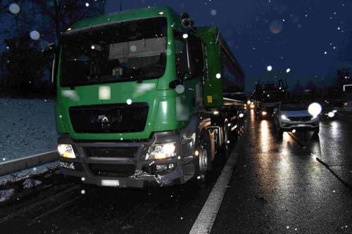 Am Dienstagmorgen kam es auf der A1 zwischen zwischen St.Gallen-Winkeln und Uzwil zu mehreren Auffahrunfällen. (Bilder: Kapo St.Gallen)