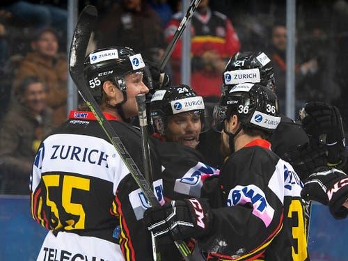 Die SCB-Spieler mit Zack Boychuck, Calle Andersson und Simon Moser (von links) können nach einem 3:4-Rückstand doch noch jubeln (Bild: KEYSTONE/ANTHONY ANEX)