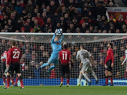 YB-Hüter David Von Ballmoos stand gegen Manchester United sehr oft im Mittelpunkt (Bild: KEYSTONE/GEORGIOS KEFALAS)