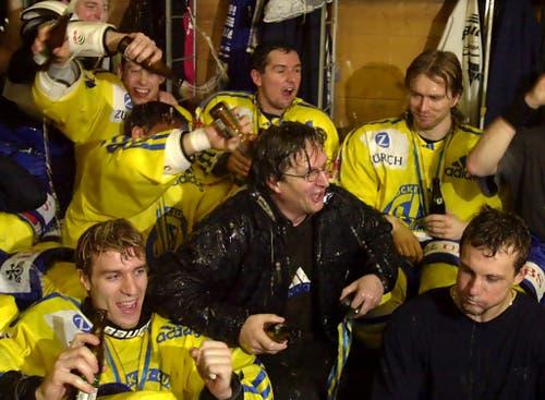 Die Spieler des HCD feiern ihren Trainer im Jahr 2000, nachdem der HCD seit 42 Jahren wieder einmal den Spengler Cup gewann. (Bild: Edi Engeler/Keystone, Davos, 31. Dezember 2000)