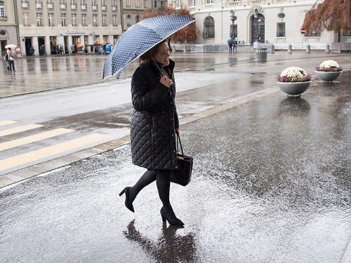 Die Urner Bundesratskandidatin Heidi Z'graggen (CVP) ist unterwegs zu den Hearings im Parlamentsgebäude. (Bild: Keystone/PETER SCHNEIDER)