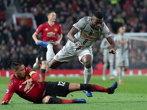 Einer der wenigen YB-Offensivaktionen - ManU-Verteidiger Christ Smalling stoppt Jean-Pierre Nsame (Bild: KEYSTONE/GEORGIOS KEFALAS)