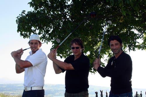 Parallel-Golfer: Eishockey-Star Patrick Fischer, Davos-Eishockeycoach Arno del Curto und Fussballtrainer Murat Yakin (von links), am Promi-Golfturnier der Baarer Sportstars-Agentur. (Bild: André Häfliger, Hildisrieden)