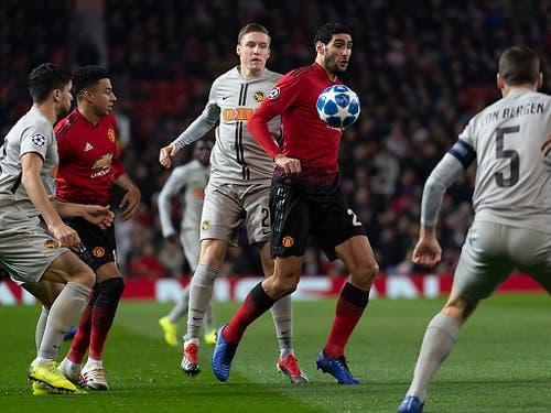 Michel Aebsicher kann Marouane Fellaini nicht bremsen - der Belgier trifft in der 91. Minute zum 1:0 (Bild: KEYSTONE/GEORGIOS KEFALAS)
