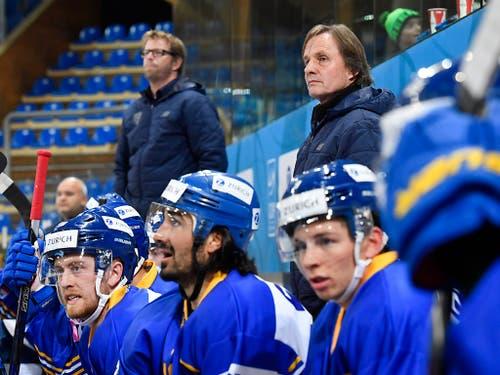 Sandro Rizzi (hinten links) und Remo Gross betreuten den HC Davos im Spiel 1 nach Arno Del Curto (Bild: KEYSTONE/GIAN EHRENZELLER)