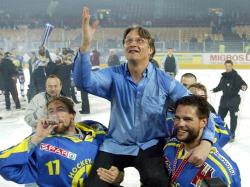 Meisterfeier im Hallenstadion: 2002 führte Arno Del Curto den HC Davos zum ersten von insgesamt sechs Schweizer Meistertiteln (Bild: KEYSTONE/FRANCO GRECO)