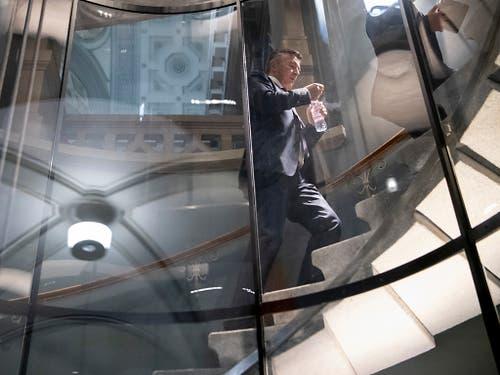 Gelegenheit für einen Schluck Wasser: Bundesratskandidat Hans Wicki (FDP) zwischen zwei Hearings. (Bild: KEYSTONE/ANTHONY ANEX)