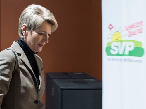 Die Mehrheit der SVP-Fraktion gibt FDP-Bundesratskandidatin Karin Keller-Sutter gegenüber Hans Wicki den Vorzug. (Bild: KEYSTONE/PETER SCHNEIDER)