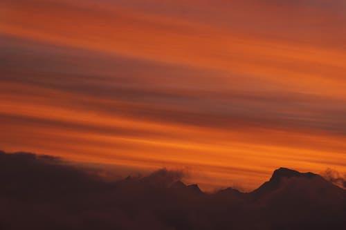 Man möchte stehen bleiben - und staunen. Aber es sind nur kurze Momente - und der Himmel ist wieder im frühwinterlichen weiss-grau. (Bild: Georgette Baumgartner-Krieg, (Hirtenhof, 28. November 2018))