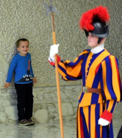 Doch es ist nicht der Papst, der den Kleinen fasziniert. (Bild: Ettore Ferrari, Rom, 28. November 2018)