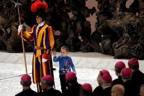 Die Botschaft des Papstes interessiert ihn nicht, umso mehr aber ein weiterer Gardist. (Bild: Gregorio Borgia, Rom, 28. November 2018)