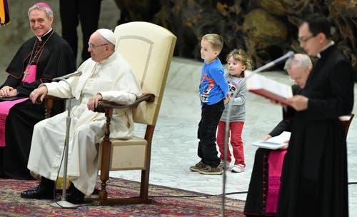 Bei der wöchentlichen Generalaudienz von Papst Franziskus am Mittwoch 28. November 2018 ist ein taubstummer Knabe auf die Bühne geklettert. (Bild: Ettore Ferrari, Rom, 28. November 2018)