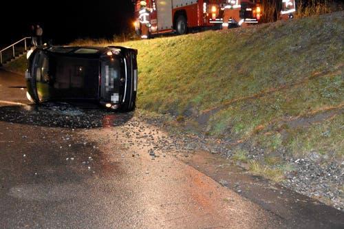 Dallenwil - 27. NovemberBeim Kraftwerk hat ein Autofahrer die Kontrolle über sein Fahrzeug verloren und landete auf der Seite. Der Lenker wurde verletzt und mit dem Rettungsdienst ins Spital gebracht.