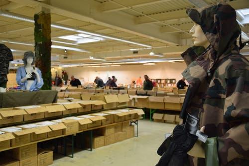 Ganz viel Camouflage: Nebst zahlreichen Kleiderstücken finden sich an der Liquidation in Zuzwil auch viele andere Armeematerialien. (Bilder: Nicola Ryser)