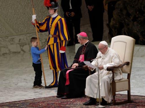 Langsam geht der Knabe auf Tuchfühlung, während der Papst seine Botschaft in verschiedenen Sprachen vorliest. (Bild: Gregorio Borgia, Rom, 28. November 2018)