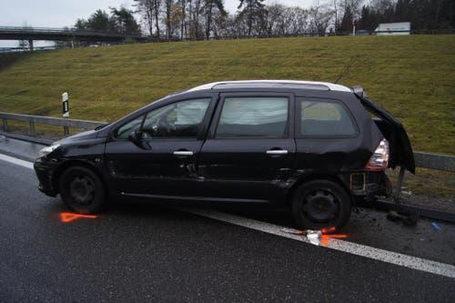Baar - 27. NovemberEin Autofahrer ist auf der Autobahn A4a in der Blegikurve in die Leitplanke geprallt und auf dem Überholstreifen zum Stillstand gekommen. Der Mann wurde leicht verletzt.