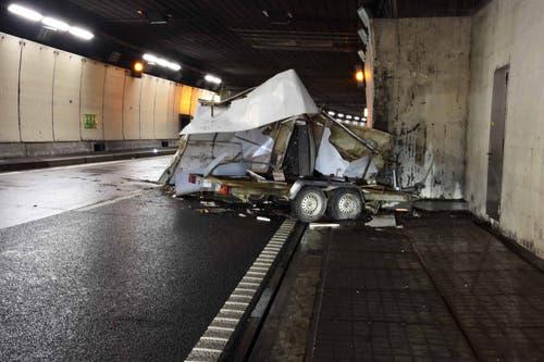 Beckenried - 27. NovemberIm Seelisbergtunnel löste sich aus bisher ungeklärten Gründen ein Anhänger von einem Zugfahrzeug. Verletzt wurde glücklicherweise niemand.