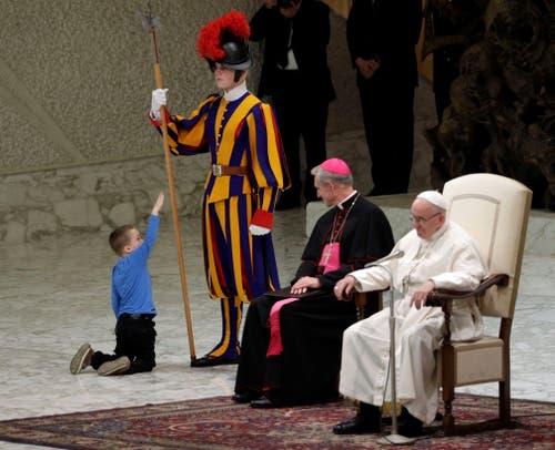 Papst Franziskus und Erzbischof Georg Gänswein müssen sich mit der Rolle als Statisten zufrieden geben. (Bild: Ettoro Ferrari, Rom, 28. November 2018)