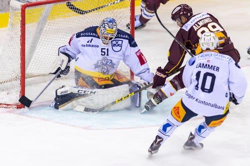 Genoni weichen muss Tobias Stephan. Der Schweizer Goalie mit NHL-Erfahrung wechselte 2014 zu den Kolinstädter. Ab kommender Saison steht er in Lausanne zwischen den Pfosten. Hier pariert er einen Angriff von Genfs Cody Almond, der Dominic Lammer entwischt ist. (Martial Trezzini/Keystone)