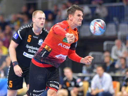 Im Juni wurde Andy Schmid in der Bundesliga, der besten Handball-Liga der Welt, zum fünften Mal in Folge zum wertvollsten Spieler (MVP) der Saison gewählt. Der Zürcher ist bei den Rhein-Neckar Löwen Dreh- und Angelpunkt im Angriff und führte die Mannheimer zum ersten Cupsieg der Klubgeschichte. (Bild: KEYSTONE/dpa/UWE ANSPACH)