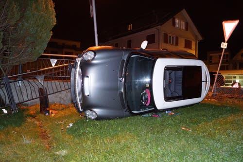 Unterägeri - 28. NovemberEine 18-jährige Frau verliert bei einem Abbiegemanöver die Beherrschung über ihr Fahrzeug. Die drei Insassen blieben glücklicherweise unverletzt.