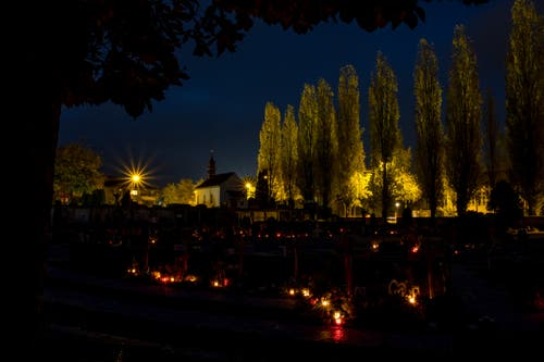 Lichter der Erinnerungen auf dem Friedhof Dägerstein an Allerseelen. (Bild: Gregor Gander-Thür, 2. November 2018)