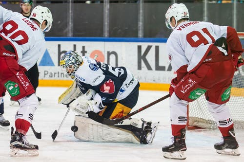 Lausannes Robin Leone (links) und Joel Vermin gegen Zugs Goalie Tobias Stephan. (Bild: Alexandra Wey/Keystone (Zug, 3. November 2018))