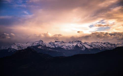 Abendstimmung über den verschneiten Berggipfeln. (Bild: Daniel Hegglin (Gnipen, 1. November 2018))