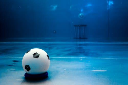 Der etwa handballgrosse Spielball besteht aus Gummi. (Bild: Philipp Schmidli (Luzern, 3. November 2018))