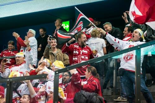 Fans des Lausanne HC freuen sich über den Sieg ihres Teams. (Bild: Alexandra Wey/Keystone (Zug, 3. November 2018))