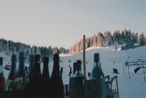 Winterliche und feierliche Szenerie am Skilift Fräkmüntalp. (Bild: Felix und Ruth Blättler)
