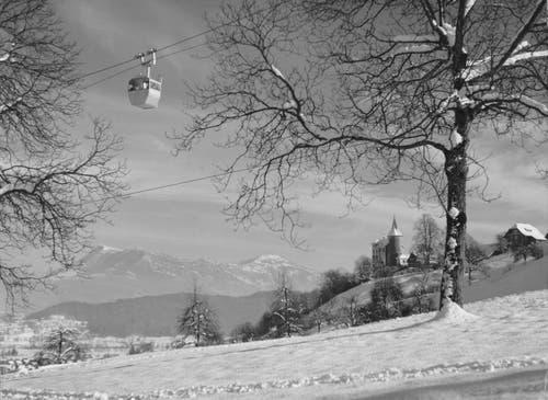 Die alte Gondelbahn auf der Höhe des Schlosses Schauensee. Wer genau hinsieht, kann an der Gondel die Skier entdecken. (Bild: Hans Schläpfer, Kriens, 16. Februar 1957)