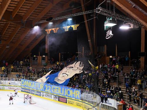 Choreo der Davoser Fans für den ehemaligen Coach Arno Del Curto (Bild: KEYSTONE/GIAN EHRENZELLER)