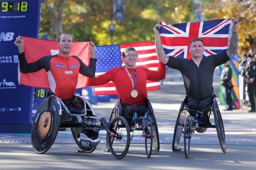Sie waren die schnellsten Rollstuhlfahrer am New Yorker Marathon: Marcel Hug (links) auf dem zweiten Platz, Sieger Daniel Romanchuk (Mitte) aus den USA und der David Weir aus Grossbrittanien auf dem dritten Rang. (Bild: AP Photo/Seth Wenig, 4. November 2018))