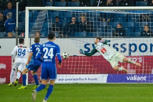 Luzerns Torhüter David Zibung kann es nicht verhindern: Das Tor zum 1:4 für den FC Zürich. (Bild: Martin Meienberger/freshfocus (Luzern, 4. November 2018))