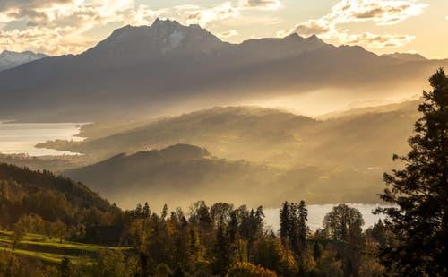 Die letzten Sonnenstrahlen scheinen durch die Nebelschwaden. (Bild: Daniel Hegglin (Zugerberg, 31. Oktober 2018))