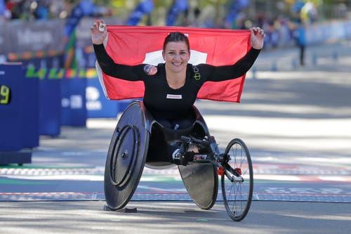 Die Schweizer Rollstuhl-Sportlerin Manuela Schär jubelt: Sie ist die Siegerin des New York Marathons. (Bild: AP Photo/Seth Wenig, 4. November 2018))
