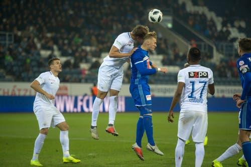 Der Zürcher Andreas Maxso (Mitte links) gewinnt das Kopfballduell gegen den Luzerner Marvin Schulz. (Bild: Dominik Wunderli (Luzern, 4. November 2018))