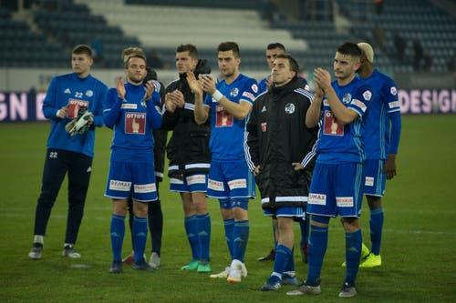 Die FCL-Spieler bedanken sich nach dem Spiel bei den Fans für den Support. (Bild: Dominik Wunderli (Luzern, 4. November 2018))
