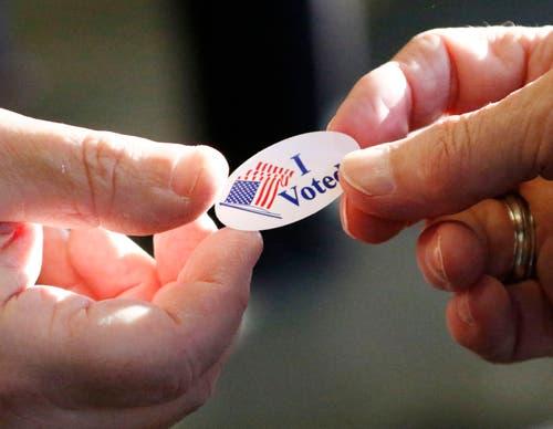 Jede Wählerin und jeder Wähler erhält nach der Stimmabgabe einen entsprechenden Sticker. (Bild: Rogelio V. Solis/AP)