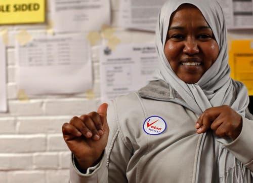 Stolz: Nashwa Abdulla mit ihrem «I Voted Today»-Sticker. (Bild: Robert F. Bukaty/AP (Lewiston, 6. November 2018))