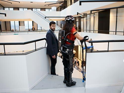 Ein Helfer bleibt in der Nähe, um gegebenenfalls mit dem Exoskelett zu assistieren. Besondere Fachkenntnisse müsse ein solcher Begleiter aber nicht haben, so die EPFL-Forscher. (Bild: KEYSTONE/SALVATORE DI NOLFI)