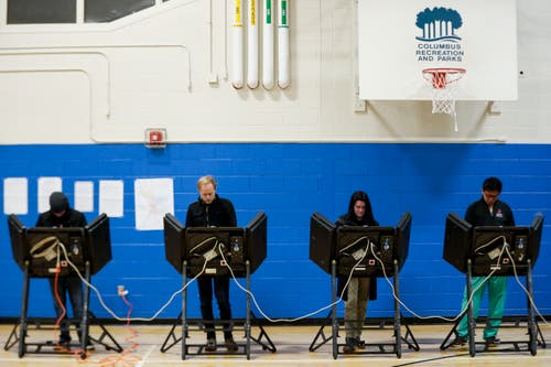 Wähler bei der Stimmabgabe im Wahllokal beim Tuttle Park Recreation Center in Columbus, Ohio. (Bild: JOhn Minchillo/AP (Columbus, 6. November 2018))