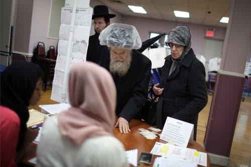 Jüdische Wähler bei der Stimmabgabe in Brooklyn. (Bild: Wong Maye-E/AP (New York, 6. November 2018))