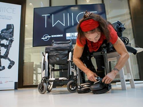 EPFL-Forschende haben das Exoskelett entwickelt und die neue Version so verbessert, dass Nutzerinnen und Nutzer es selbst an- und ablegen können. (Bild: KEYSTONE/SALVATORE DI NOLFI)